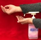 腕でプッシュすることで、直接手で触れずに利用できます