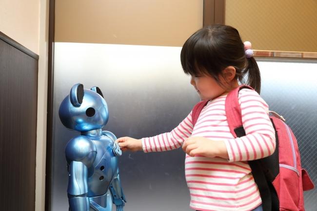保育ロボット「VEVO」と園児