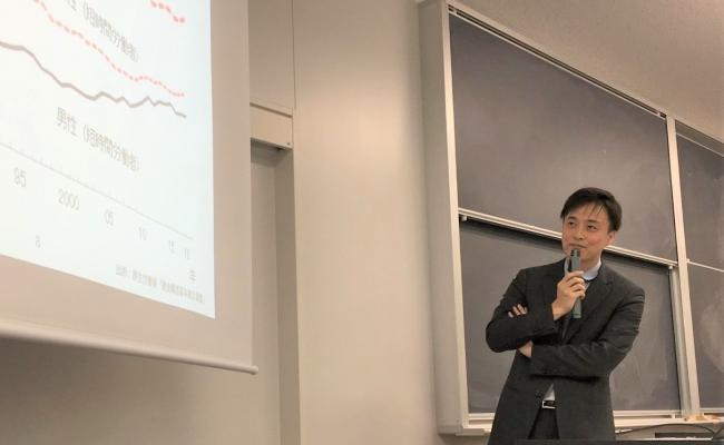 東洋大学 国際学部の社会保障論の講義をする当社代表の貞松