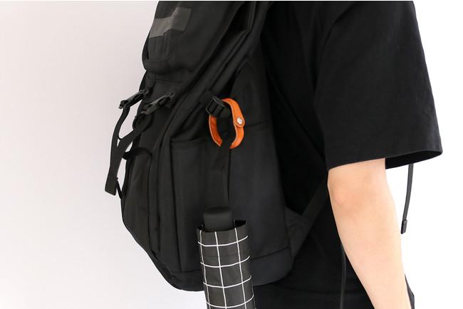 バッグにつければ、折り畳傘もぶら下げ