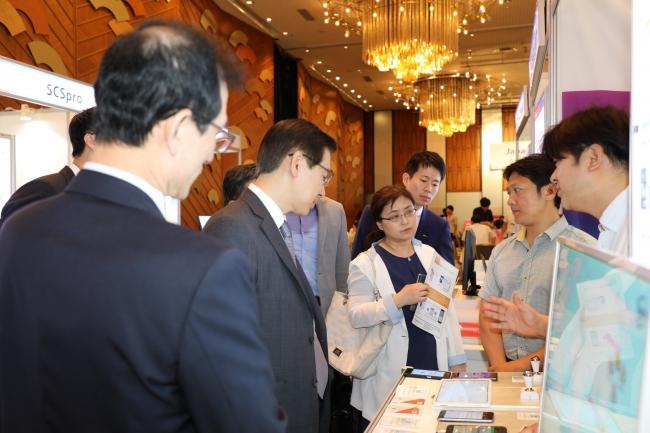 KOREA IT EXPO 2018でワンツーシーエムジャパンのブースを訪問した駐日本国大韓民国大使館公使 李廷逸