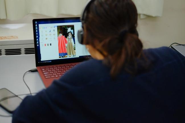 スタイリストはリモートで画面操作を行い参加者とコミュニケーションをとりながらバーチャルスタイリングを行う