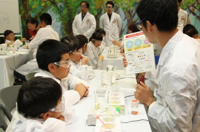 「化学の日子ども化学実験ショー2017」の模様
