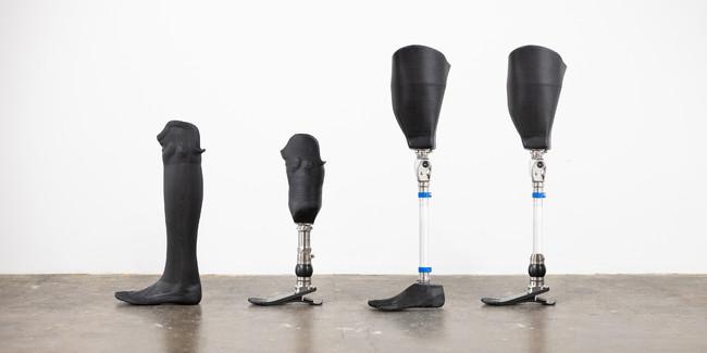 当社が販売する下腿義足(写真左2本)および大腿義足(右2本)