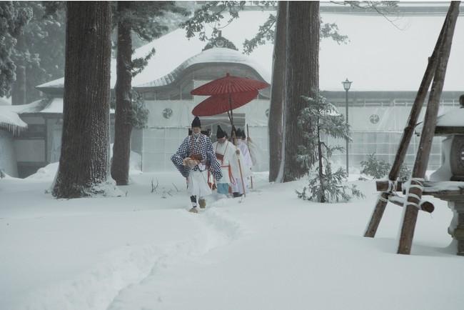「冬の峰」斎館から、祈祷所「補屋(しつらえや)」に向かう山伏 写真提供:芸団協