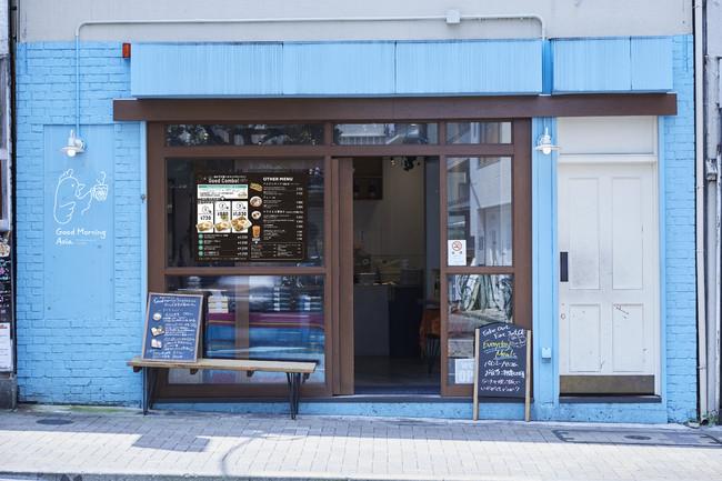 水色の外観の店舗、左側にはロゴマーク