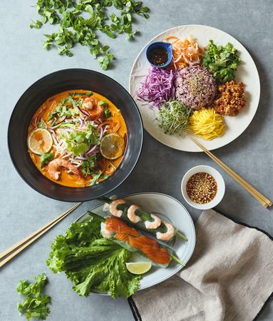 濃厚オマール海老ダシのトムヤムフォーとベトナムサラダご飯「コムアンフー」、人気の生春巻き