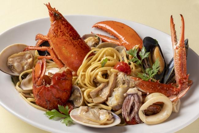 """オマール海老と渡り蟹、旬の貝類とポルチーニ茸の""""リングイネ""""~マーレエモンテ~"""