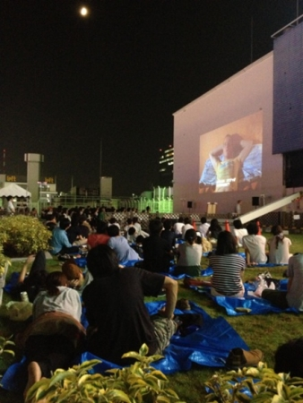 ROOFTOP試写会イメージ 2013年夏に池袋パルコ屋上にて開催した「ROOFTOP FILMS」. 上映作品は『トレインスポッティング』