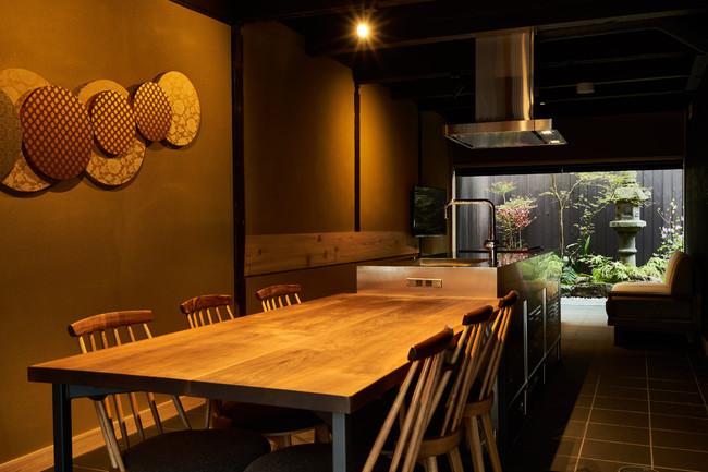 【京都】珠数庵(キャッシュバック 一泊につき10,000円) 西本願寺の正門に位置するロケーション。入口から奥庭まで一体空間となった土間からは、絵画のような庭を眺められます。(最大7名・一棟貸し)