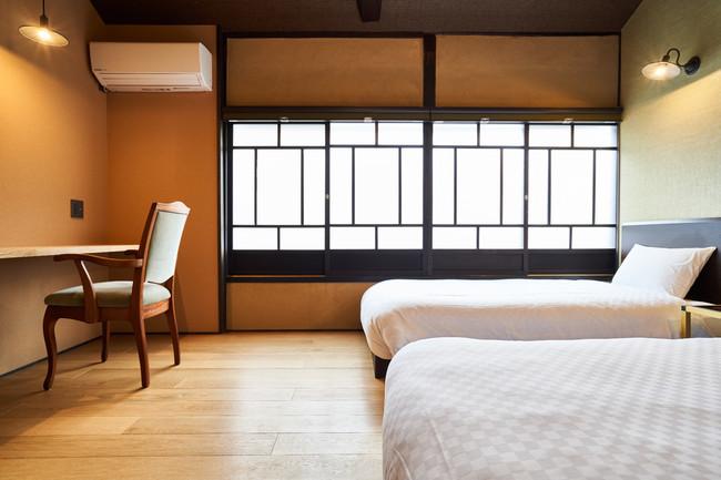 【京都】凪 二条城 (キャッシュバック 1泊につき10,000円)住むように泊まれる長期滞在可能な宿。1階の広い「ミセノマ」から眺める切子格子と重厚な蔵戸がつくる陰影が美しい。(最大7名・一棟貸し)