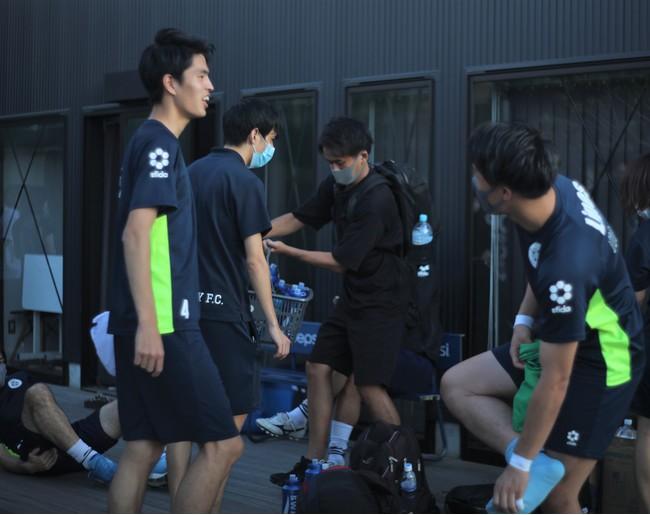 SHIBUYA CITY FCの選手が試合前後に自律神経バランスを測定する様子