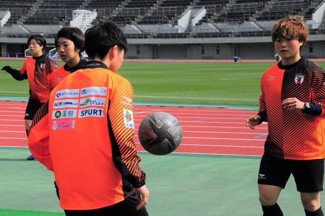 『SPURT』のロゴ入りトレーニングウェアを着用して練習する大和シルフィードの選手たちの様子