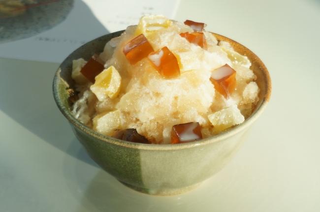 ↑ご当地かき氷「三原ひやしあめ氷」削った氷の中にはみはらみるく、上には手作りの特製ひやしあめゼリー、さぎしま果皮ねり、練乳がトッピングされている