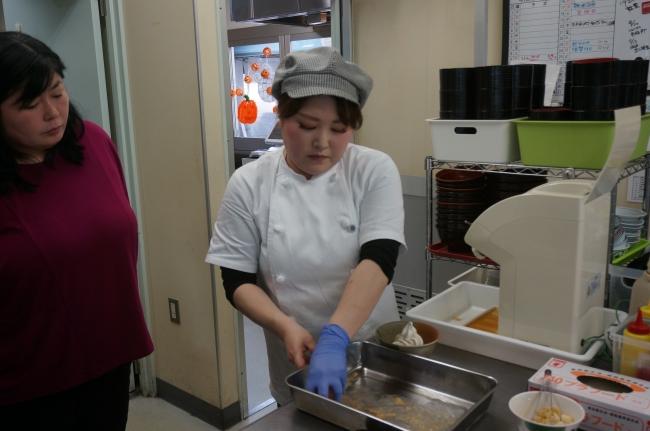 園田さん(左)とキッチンルマーダのスタッフ。二人三脚でかき氷の開発を行いました。