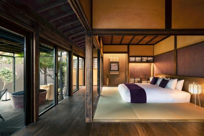 客室「HONMURASAKI」 飫肥の町の⾊である紫を基調とした寝室と温泉露天風呂