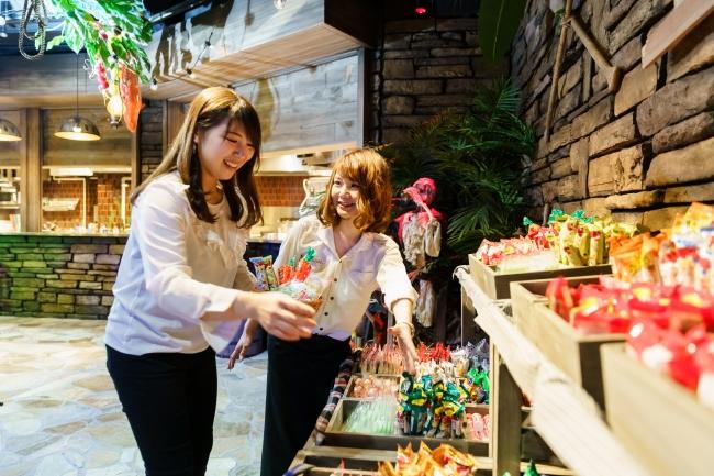 カゴいっぱいにどれだけ無料の駄菓子を盛れるかチャレンジ!