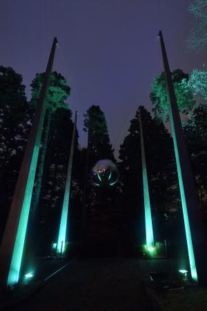 高橋匡太《Glow with Night Garden Project in Hakone》2017年 井上武吉《マイ・スカイ・ホール(天への道)》