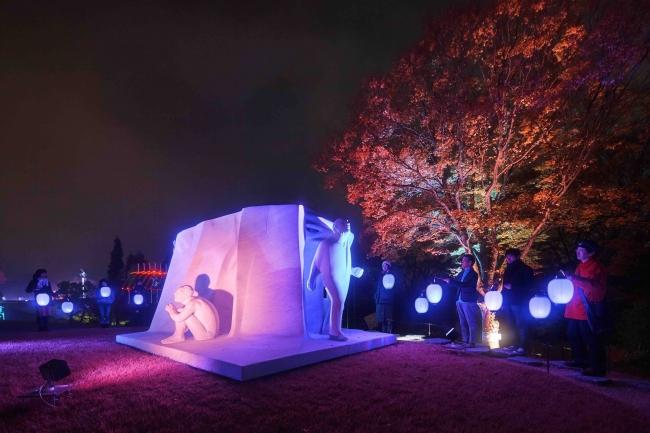 高橋匡太《Glow with Night Garden Project in Hakone》2017年ジュリアーノ・ヴァンジ《偉大なる物語》