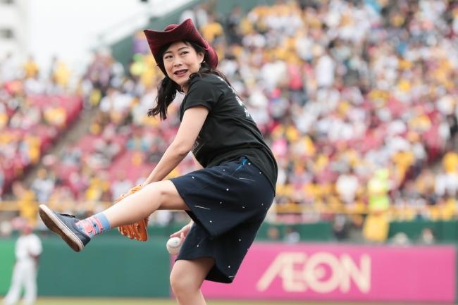 椿鬼奴さんの始球式では、綺麗な投球フォームで披露され、ワンバウンドしましたがボールは捕手が見事にキャッチ!