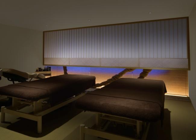 ツインルーム「凪輝」は、ペアで利用可能。伊賀の職人の手で作られた世界に一つの格子が美しい。