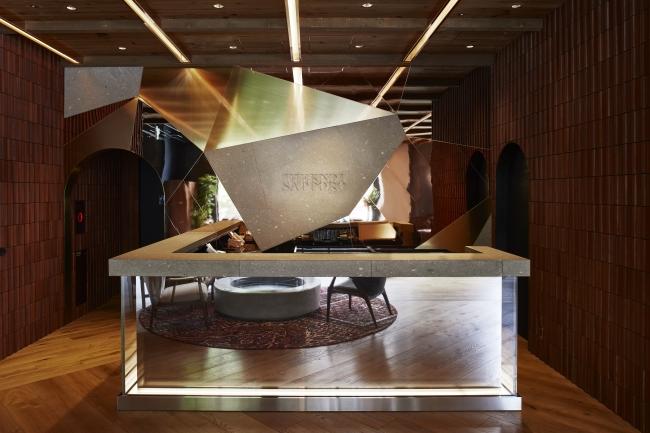 2F FRONT 天然素材の札幌軟石と、真鍮やステンレスなど無機質な素材を組み合わせ有機的な形を表現