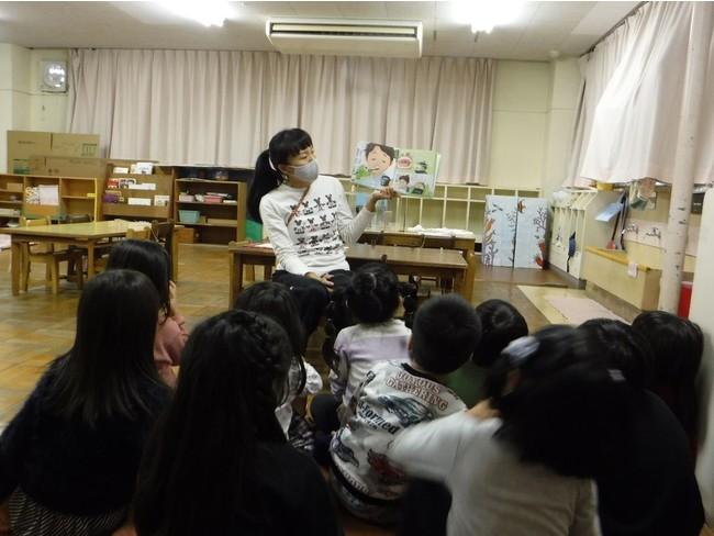 保育園での読み聞かせ会の様子