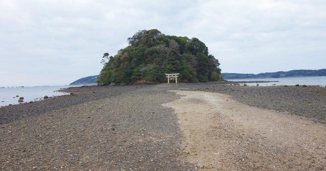 「日本のモンサンミッシェル」とも呼ばれる小島神社