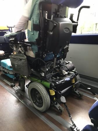 車いすでも特殊な固定装置で安全確保