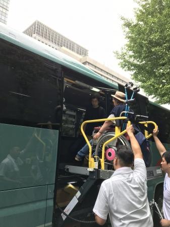 福祉バスに乗車する車いすユーザー