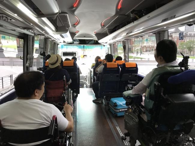 行きのバスで楽しみたいことを語り合う参加者たち