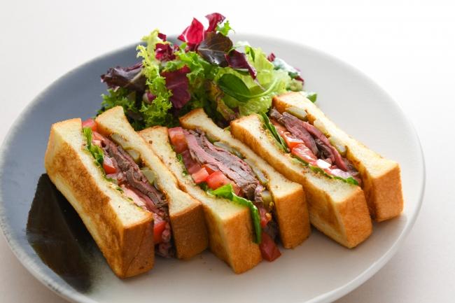 ローストビーフサンドイッチ (果実のスープ付) 価格:2,420円(税込)