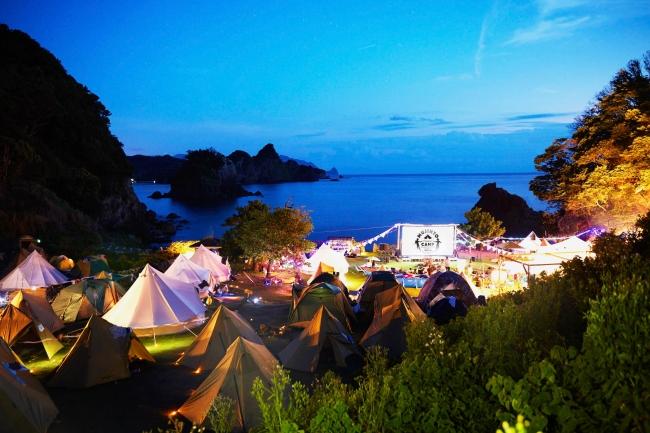 無人島のゆったりとした環境で映画を鑑賞できます。