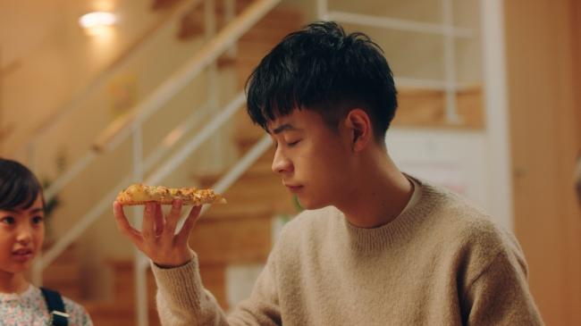 ピザーラ新CM 「カニのよくばりクォーター」で、成田 凌が食べっ