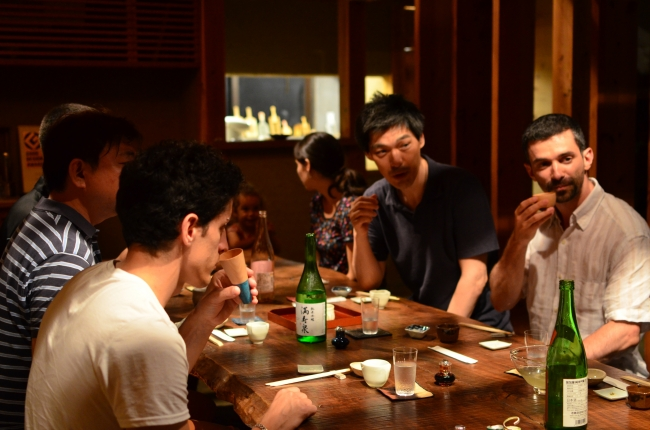 地元の伝統建築でできたレストランを貸し切りにして、職人さんとの食事会。職人さんが作った酒器や皿を実際に使いながら、作る工程や開発時の苦労話など普段聞けない貴重な話で盛り上がる。