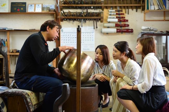 伝統工芸の技術をモダンなテーブルウェアに転換させた職人さんの工房へ。日本で10人もできないといわれる技術に驚きと感動をおぼえると共に、高岡銅器産業の変遷に現状の問題などを感じる。