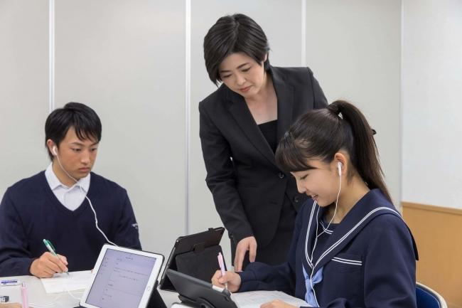 ▲能開個別AIホロンにて、『atama+』を活用し勉強する生徒と講師の様子