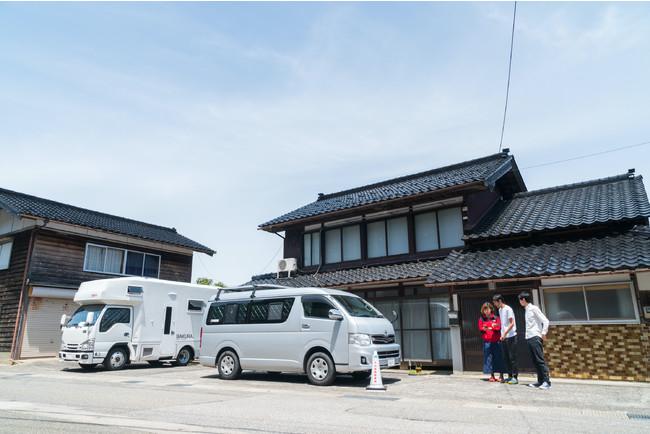 石川県穴水町川尻に位置する「田舎バックパッカーハウス」の 初代「バンライフ・ステーション」自身の部屋は車(手前)、家屋の共有スペースや設備を利用することが可能
