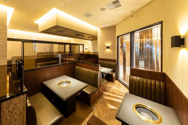 店舗内観 7つのテーブル席と3部屋の個室を備えた店内。総席数42席。