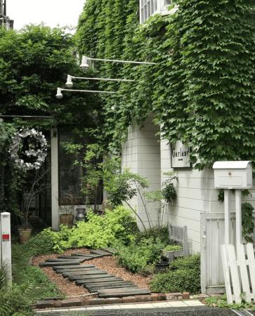 「Garland(ガーランド)」は、表参道と原宿の間に緑に包まれた一軒家。