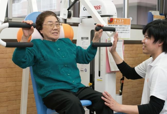 (右)ポラリスでリハビリをする高齢者