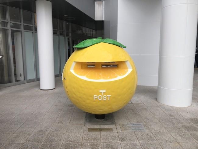 宮崎駅前に設置された「日向夏ポスト」