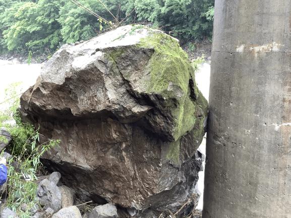 【被災時の状況】橋脚への岩の接触