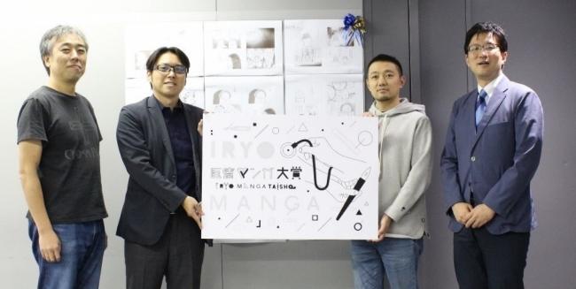 大賞作品の前で(左から、こしのりょう先生、大塚篤司先生、佐渡島庸平さん、井上祥先生)