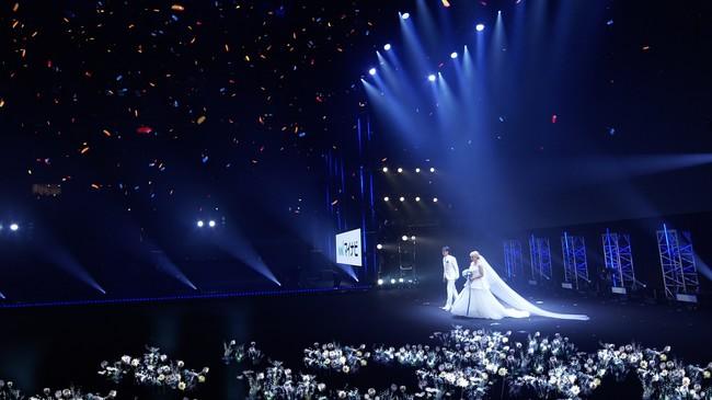 サプライズで開催された丸山桂里奈さんと本並健治さんの本物の結婚式でのXR技術を駆使した映像演出。新郎新婦が登場すると周囲に純白の花が広がり、クライマックスでは巨大なクリスタルのチャペルが出現。空には花火やオーロラやお祝いのランタンが広がるという映像演出