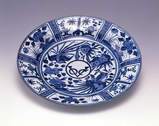 オランダ東インド会社のロゴ入り皿 染付芙蓉手VOC字文皿 江戸時代