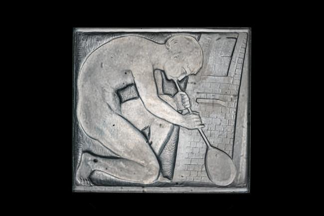 「工芸の中庭」列柱廊・扉装飾パネル《ガラス職人》1925年、大村美術館(角館)蔵