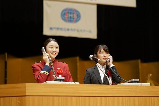 電話対応技能を競う校内コンテスト「ST杯」出場者によるデモンストレーション