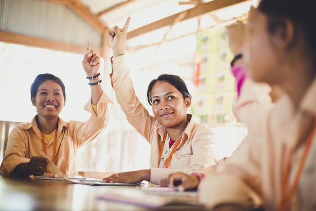 ライフスキルプログラムを受ける工房で働く女性たち