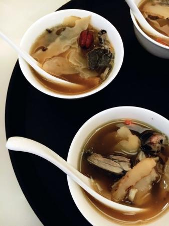 烏骨鶏の薬膳スープ(4人前 6,800円)
